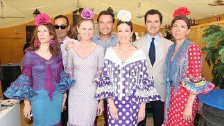 Lorena Garrán, Rebeca Arbesu, Leonor Caballero, María del Mar Núñez, Carlos Lacave, Guillermo Cervera y Federico Joly, en la caseta de Diario de Jerez.  Foto: Vanesa Lobo