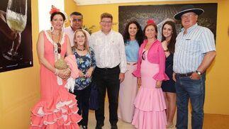 Paco Hueso, Aurora Miras, Carlos Carrera, Gloria Martínez, Juan Martín, Ángeles Vázquez y familia posan junto a la comercial de Diario de Jerez, Marisa López.  Foto: Vanesa Lobo
