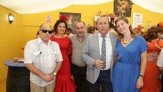 Manuel y Cayetano González, antiguos trabajadores de Diario de Jerez, junto a Benjamín Sánchez, Marisa López y Marta González.  Foto: Vanesa Lobo