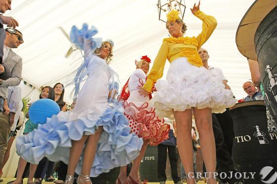 Cualquier lugar de la Feria es bueno para marcarse un buen baile de sevillanas en compañía de las amigas.   Foto: Pascual