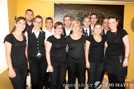 El equipo de trabajadores al completo de la caseta de Diario de Jerez, que gestiona el Restaurante El Duque de Medina Sidonia, posando en el interior de la misma.  Foto: Vanesa Lobo