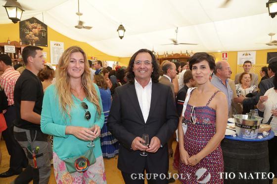 Ramón González de la Peña, arquitecto y coladorador de Diario de Jerez, junto a Virginia Lara y la redactora Arantxa Cala.  Foto: Vanesa Lobo