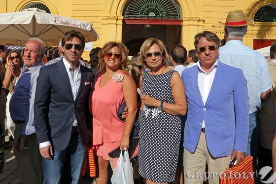 El ex jugador del Xerez Jesús Mendoza y EstebanVigo, acompañados de sus esposas.  Foto: Manuel Aranda