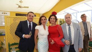Marcos Camas y Mercedes Gómez, empresarios jerezanos, junto a Marisa López y Benajmín Sánchez.  Foto: Vanesa Lobo