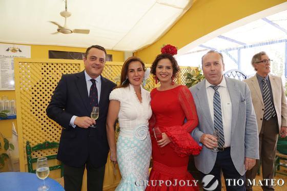 Marcos Camas y Mercedes Gómez, empresarios jerezanos, junto a Marisa López.  Foto: Vanesa Lobo