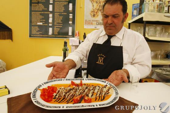 Martín González muestra su bonito con salsa de piquillos.  Foto: Pascual