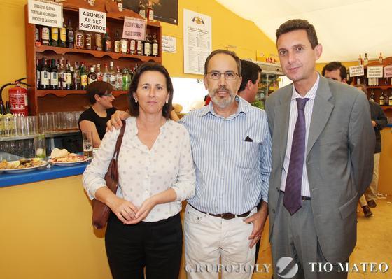 Miguel Berraquero, gerente de Diario de Jerez, junto a Carlos Pérez y Pepa Rodríguez, de Chiclana.  Foto: Vanesa Lobo