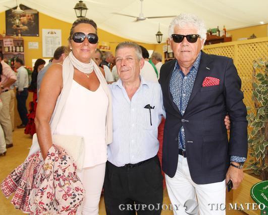 El propietario del Restaurante El Duque, José Luis García López (en el centro), junto al empresario ubriqueño MateoVenegas y su esposa.  Foto: Vanesa Lobo