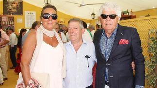El propietario del Restaurante El Duque, José Luis García López (en el centro), junto al empresario ubriqueño Mateo Venegas y su esposa.  Foto: Vanesa Lobo
