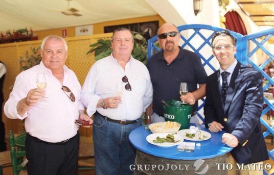 José Luis Sánchez, Salvador Partida y Manolo Márquez, buenos cofrades de Jerez, junto al periodista Fran Pereira.  Foto: Vanesa Lobo