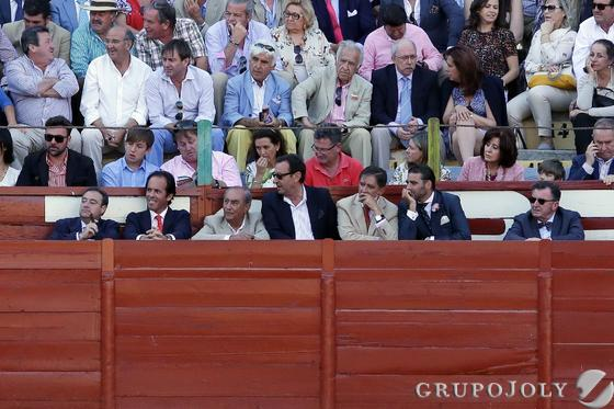 Tomás Valiente, Pepe Argudo, Manuel Estrella y Miguel Ángel Martínez Villar y otros, en un burladero.  Foto: Manuel Aranda
