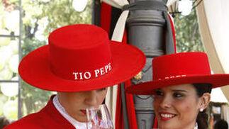 Dos azafatas con Tío Pepe.