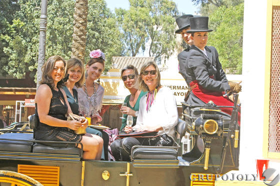 Un grupo de mujeres disfruta de la Feria en un coche de caballos.  Foto: Pascual