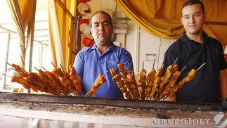Los pinchitos de 'El Pozo de la Víbora' tienen fama en la Feria.  Foto: Pascual