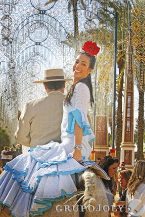 Una joven sonríe ayer, mientras recorre el parque a caballo.  Foto: Pascual
