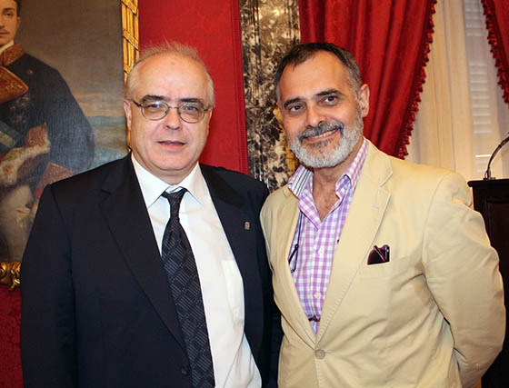 Los catedráticos Fernando Bouza (UCM), presentador de la obra premiada, y Carlos Petit (UHU).  Foto: Victoria Ramírez