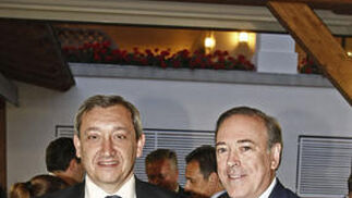 El director del diario 'Málaga Ho'', Antonio Méndez, junto al vicepresidente de Unicaja, Manuel Atencia, posan para este diario durante la celebración del cóctel.  Foto: Erasmo Fenoy