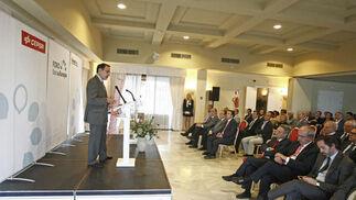 El presidente de la CEA, Javier González de Lara y Sarria, durante su intervención junto al director de 'Europa Sur', Alberto Grimaldi, anoche en Los Barrios.   Foto: Erasmo Fenoy