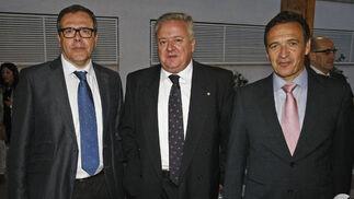 En la imagen, el presidente de la Cámara de Comercio, Industria y Navegación del Campo de Gibraltar, Carlos Fenoy; el director de Relaciones Institucionales de APM Terminals Algeciras y presidente de la Asociación de Grandes Industrias, Javier Sáez; y el secretario general de la CEC, José Luis Ferrer.  Foto: Erasmo Fenoy