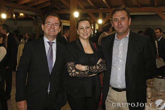 El gerente de Milenio, Francisco Arroyal;la directora financiera de Eurogrúas, Isabel Leandro; y Javier Sato, también de Eurogrúas.  Foto: Erasmo Fenoy