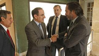 El director de 'Europa Sur', Alberto Grimaldi, saluda al presidente de la CEA, Javier González de Lara, junto al director de 'Málaga Hoy', Antonio Méndez.  Foto: Erasmo Fenoy