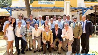 Amplia reunión de jefes de venta y accesorios del gremio del automóvil posan frente a la caseta de Diario de Jerez junto a Marisa López.   Foto: Vanesa Lobo