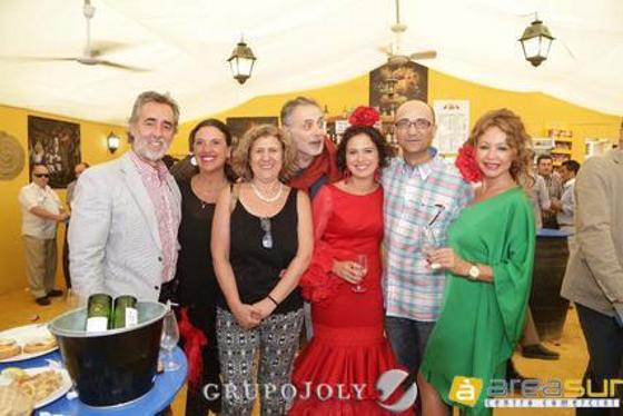 Benjamín Ruiz y Eva Fernández, gerentes de Clínica Beiman, brindan junto Marisa López y unos amigos de la policlínica dental de Barcelona 'Guinardó'.  Foto: Vanesa Lobo
