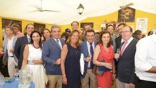El presidente de la Diputación, José Loaiza (en el centro), posa con José Luis Ferrer, secretario general de la CEC; Juan Núñez, director de la CECen Jerez; y un grupo de empresarios y representantes de OHL.  Foto: Vanesa Lobo
