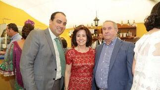 David Fernández junto a Manuel Gutiérrez, el director de Briole y su mujer, María Luisa Montero.   Foto: Vanesa Lobo