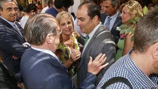 La alcaldesa charla junto a David Fernández con el diputado nacional del PP Aurelio Romero.  Foto: Vanesa Lobo