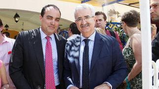 David Fernández, director de Diario de Jerez, posa junto al consejero de Presidencia de la Junta de Andalucía, Manuel Jiménez Barrios.  Foto: Vanesa Lobo