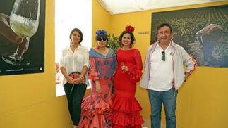 Marisa López brinda en la caseta del Diario con Manuel Alba, del área de servicio 'La Alegría', Auxi Alba y Marta Villar.  Foto: Vanesa Lobo