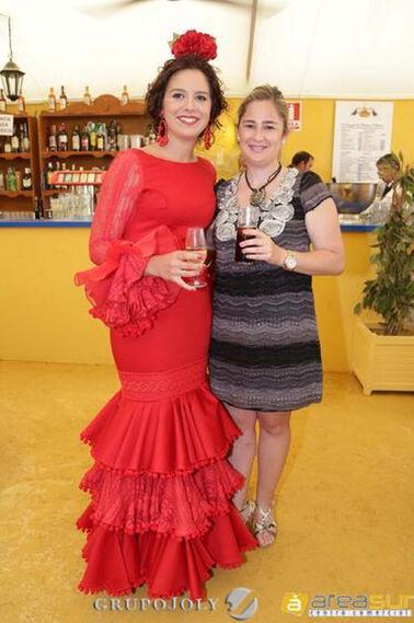 Marisa López brinda en la caseta del Diario con Beatriz Codes, relaciones externas de Coca Cola.  Foto: Vanesa Lobo