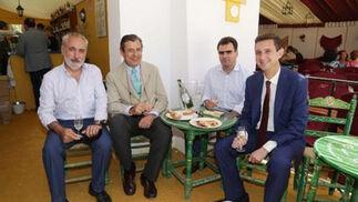 Rafael Rubens y Juan G. Guerrero de Carbis, acompañados por el jugador de pádel José Herrera y Miguel Berraquero disfrutan de la caseta del Diario.  Foto: Vanesa Lobo