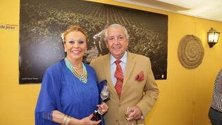 José Recio y Juana Cabral, presidente y vicepresidenta de Recicav, ayer en su visita a la caseta.   Foto: Vanesa Lobo