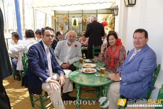 Rafael Navas junto a Marc Schmelcher, cónsul de Alemania; y Fernando J. Blanco, cónsul de Filipinas, y su esposa Carmen Martín.  Foto: Vanesa Lobo