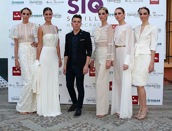 El diseñador utrerano Alejandro Postigo, con algunas de sus elegantes propuestas nupciales.  Foto: Victoria Ramírez