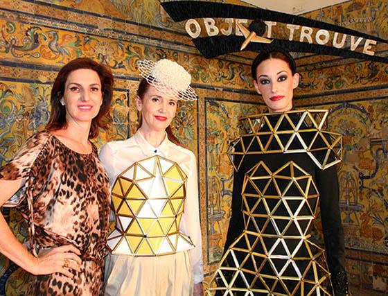 Cristina Ybarra, Myriam Hurtado y la modelo María Jesús Muro, con una pieza arquitectónica creada por Myriam Hurtado para la colección de Tolentino Haute Hats.  Foto: Victoria Ramírez