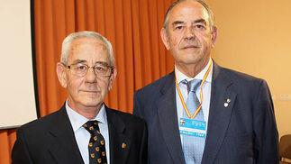 Javier González, presidente de la Asociación de Antiguos Alumnos del Portaceli, y Juan Manuel Contreras, su predecesor en el cargo.  Foto: Victoria Ramírez