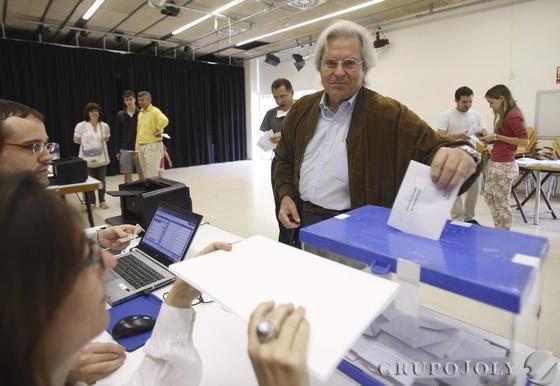 Javier Nart, de Ciudadanos, votando.  Foto: EFE