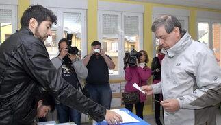El candidato de UPyD, Sosa Wagner, votando  Foto: EFE