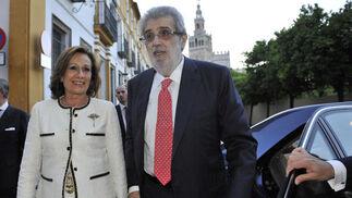 Lara con su esposa, Consuelo García Piriz, en el Patio de Banderas de Sevilla en 2014./ Juan Carlos Vázquez