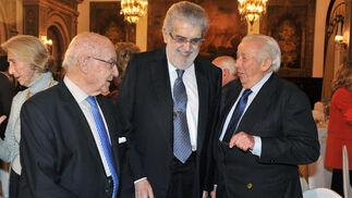 Flanqueado por Manuel Clavero y Manuel Olivencia, en el Hotel Alfonso XIII en 2013./ Juan Carlos Vázquez