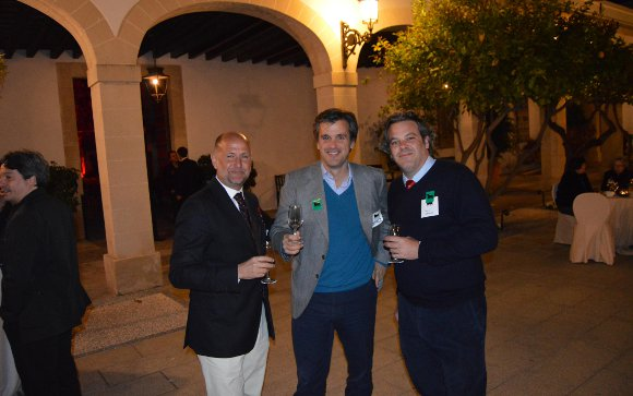 El arquitecto Xavi Pérez de Eulate con Alberto García de Lujan y Paul Dauthieu.  Foto: Ignacio Casas de Ciria