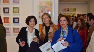 Angelita Pérez, Paqui Lucero y Carmen González de Cos, durante el cóctel de inauguración.  Foto: Ignacio Casas de Ciria
