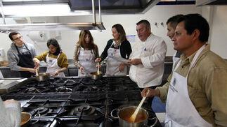 Cocina para novatos. La Escuela de Hostelería ha impartido el taller de cocina para principiantes, una pasión que va en auge.   Foto: Barrionuevo
