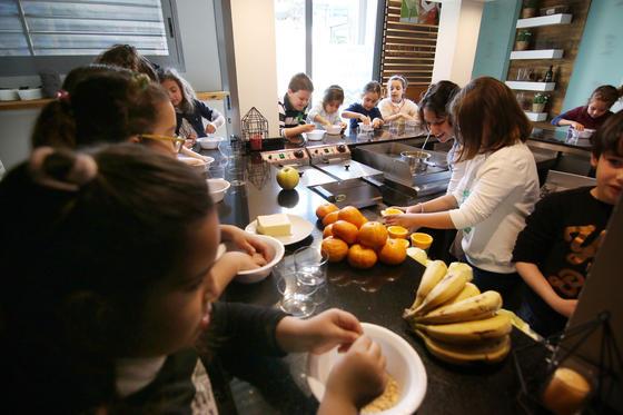 Cocina para niños en el Mercado Victoria. El taller de cocina saludable celebrado el pasado fin de semana enseñó a los niños a elaborar postres saludables con frutas y productos lácteos.  Foto: Barrionuevo
