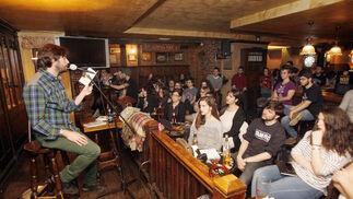 Poesía en O'donoghue's. El poeta José Ignacio Montoto ha protagonizado una jam sesion poética en el pub O'donoghue's de Gran Capitán.  Foto: José Martínez