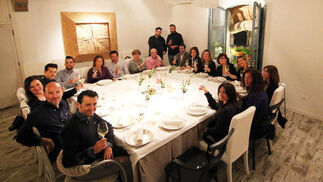 El cocinero se sienta a la mesa en Blanco Enea. Blanco Enea acogió el miércoles la experiencia el cocinero se sienta en la mesa, en la que el chef José María cena con los comensales explicando los platos en su restaurante.  Foto: Barrionuevo