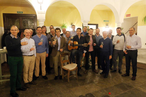 Vino y flamenco en Bodegas Campos. El enólogo Antonio Cuesta y el guitarrista Alberto Lucena han protagonizado un maridaje entre vino y flamenco dentro del congreso Tierra Creativa.  Foto: Barrionuevo